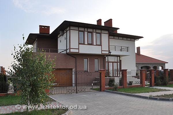 Двухэтажный жилой дом в жилмассиве Совиньон - Описание